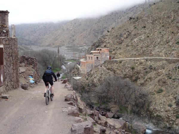 mountainbike afdaling berberdorpje