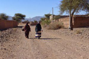 Vrouwen wandelen in het zuiden van Marokko